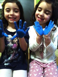 niñas manos pintadas autismos terapia y cuarentena