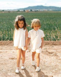 niños en el campo con colección primavera 2020 de moda española infantil con esparteñas