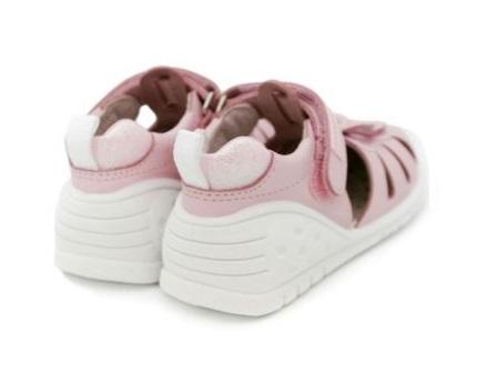 sandalia gateo rosa con puntera y talonera rosa y adorno mariposa