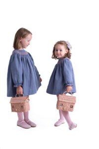 moda infantil otoño 20/21: evocó niñas con vestidito tipo jesusito con Merceditas de napa en color rosa