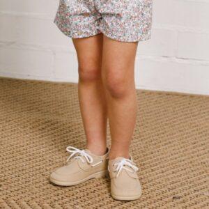 nautilo beige par aniño combinado con moda infantil española primavera 2021
