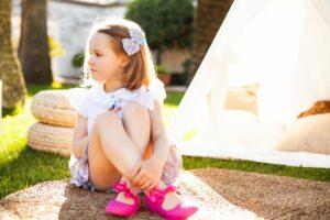 moda infantil española con zapatos de 100% hecho en España color blanco y fucsia