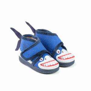 bota azul tiburon niño de casa